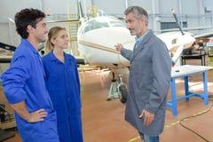 De inspectie van vliegtuigingenieurs in hangaar royalty-vrije stock foto's