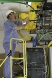 De Installateur van telecommunicatie op OSHA Ladder stock afbeeldingen