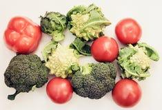 De installatie baseerde de ruwe achtergrond van voedsel seizoengebonden groenten, de kokende ingrediënten van het veganistvoedsel royalty-vrije stock afbeeldingen