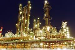 De installatie of de fabriek van de olieraffinaderij stock foto's