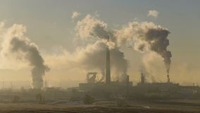 De installatie rookt witte rook Suikerfabriek stock videobeelden