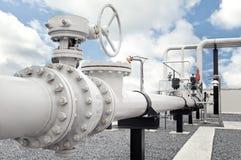 De installatie van de aardgasverwerking met de kleppen van de pijplijn Stock Fotografie