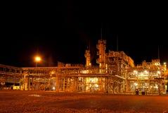 De installatie van de gasraffinaderij. Nachtmening Stock Fotografie