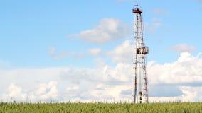 De installatie van de olieboring en blauwe hemel stock footage