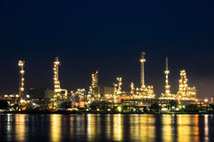 De installatie van de olieraffinaderij Stock Afbeeldingen