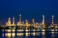 De installatie van de olieraffinaderij Stock Foto