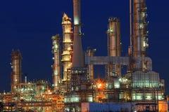 De installatie van de olieraffinaderij in petrochemisch de industrielandgoed bij nacht tim Stock Fotografie