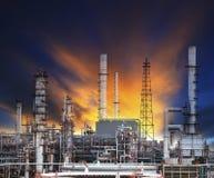 De installatie van de olieraffinaderij in zware industrielandgoed tegen mooie du Stock Afbeelding