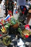 De installatie van de overwinningsdag Russische de vlagtricolor van de staat Stock Fotografie