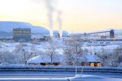 De Installatie van de raffinaderijfabriek in de winter Stock Afbeeldingen
