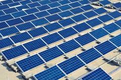 De installatie van de zonnepaneelenergie op vlak dak Stock Afbeelding