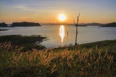 De Installatie van het Meer van de zonsondergang in blauw en geel Royalty-vrije Stock Afbeeldingen