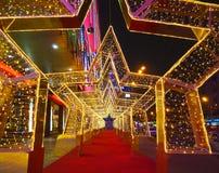 De installatie van de nieuwjaar` s decoratie van een straat in de vorm van een tunnel van sterren in Moskou Royalty-vrije Stock Fotografie