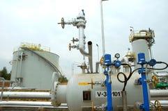 De installatie van de olieraffinaderij in productie stock foto