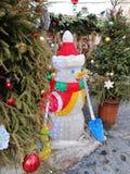 De installatie van de sneeuwman bij de de wintermarkt stock fotografie