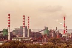De installatie van de steenkoolverwerking werkt op de rivierbank De rook van stock foto