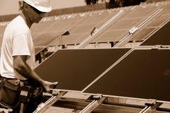 De Installatie van zonnepanelen Stock Afbeeldingen