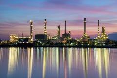 De installatiegebied van de olieraffinaderij Stock Foto's