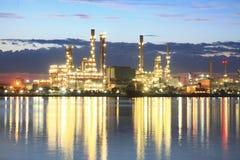 De installatiegebied van de raffinaderij bij schemering Stock Fotografie