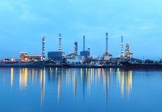 De installatiegebied van de raffinaderij bij schemering, Thailand. Stock Foto