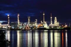 De installatiegebied van de raffinaderij bij schemering, Thailand. Stock Fotografie