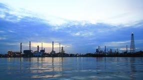 De installatiegebied van de Raffinaderij van de olie bij schemeringpanorama Stock Afbeelding