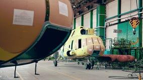 De de installatieindustrie van de helikopterluchtvaart het maken stock video