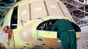 De de installatieindustrie van de helikopterluchtvaart het maken stock videobeelden