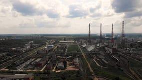 De de installatieindustrie van de olieraffinaderij, Raffinaderijfabriek, de tank van de olieopslag en pijpleidingsstaal met zonso stock footage