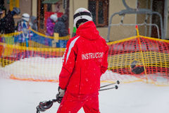 De instructeur geeft een eerste skiles in Bukovel stock fotografie
