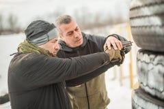 De instructeur onderwijst student tactisch kanon schietend achter dekking of barricade stock afbeeldingen