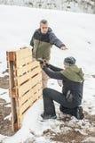 De instructeur onderwijst student tactisch kanon schietend achter dekking of barricade royalty-vrije stock foto