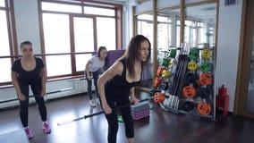De instructeur toont de oefening met bar binnen titnesscentrum indient stock footage