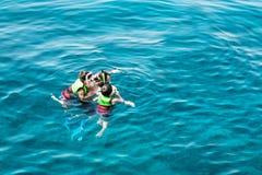 De instructeur toont de kinderen de schoonheid van de onderwaterwereld stock foto