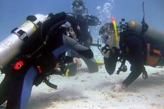 De instructeur van de scuba-uitrusting houdt een examen stock afbeeldingen