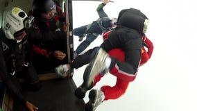 De instructeur van de Skydivingscursus achter elkaar stock videobeelden