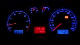 De instrumenten van het autodashboard stock footage