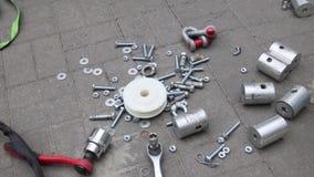 De instrumenten, de verschillende vervangstukken en het bouwmateriaal worden uitgestrooid op grond stock videobeelden