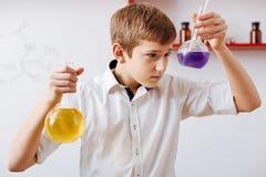 De intelligente aardige flessen van de jongensholding Stock Foto