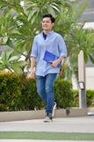 De intelligente Knappe Student Walking On Campus van de Minderheidsjongen royalty-vrije stock foto