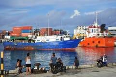 De inter-eilandveerboot komt bij Haven van Avatiu Avaru Raroton aan Stock Foto