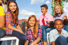De internationale groep jonge geitjes zit met skateboards Royalty-vrije Stock Foto