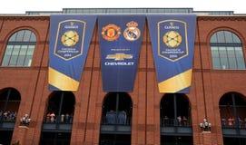 De internationale Kampioenen vormen vlaggen tot een kom Stock Fotografie