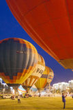 De internationale lucht-Ballons tijdens Nacht tonen en Gloeiend op Internationale Aerostatics Kop Stock Afbeeldingen