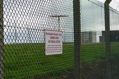 DE INTERNATIONALE LUCHTHAVEN VAN BIRMINGHAM, BIRMINGHAM, HET VERENIGD KONINKRIJK - OKTOBER 28, 2017: omheining die het vliegveld  stock foto