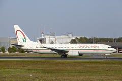 De Internationale Luchthaven van Frankfurt - Boeing 737 van Royal Air Maroc stijgt op royalty-vrije stock foto's