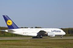De Internationale Luchthaven van Frankfurt - de Luchtbus A380 van Lufthansa stijgt op Stock Afbeelding