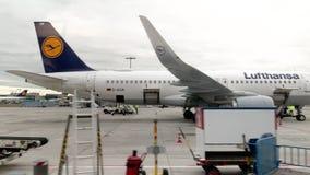 De Internationale Luchthaven van Frankfurt in Duitsland stock video