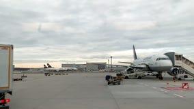 De Internationale Luchthaven van Frankfurt in Frankfurt met vliegtuigen op tarmac stock videobeelden