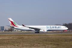 De Internationale Luchthaven van Frankfurt - SriLankan Airlines-de Luchtbus A330 stijgt op stock fotografie